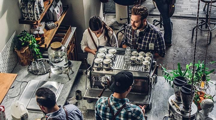 Chicos comprando café
