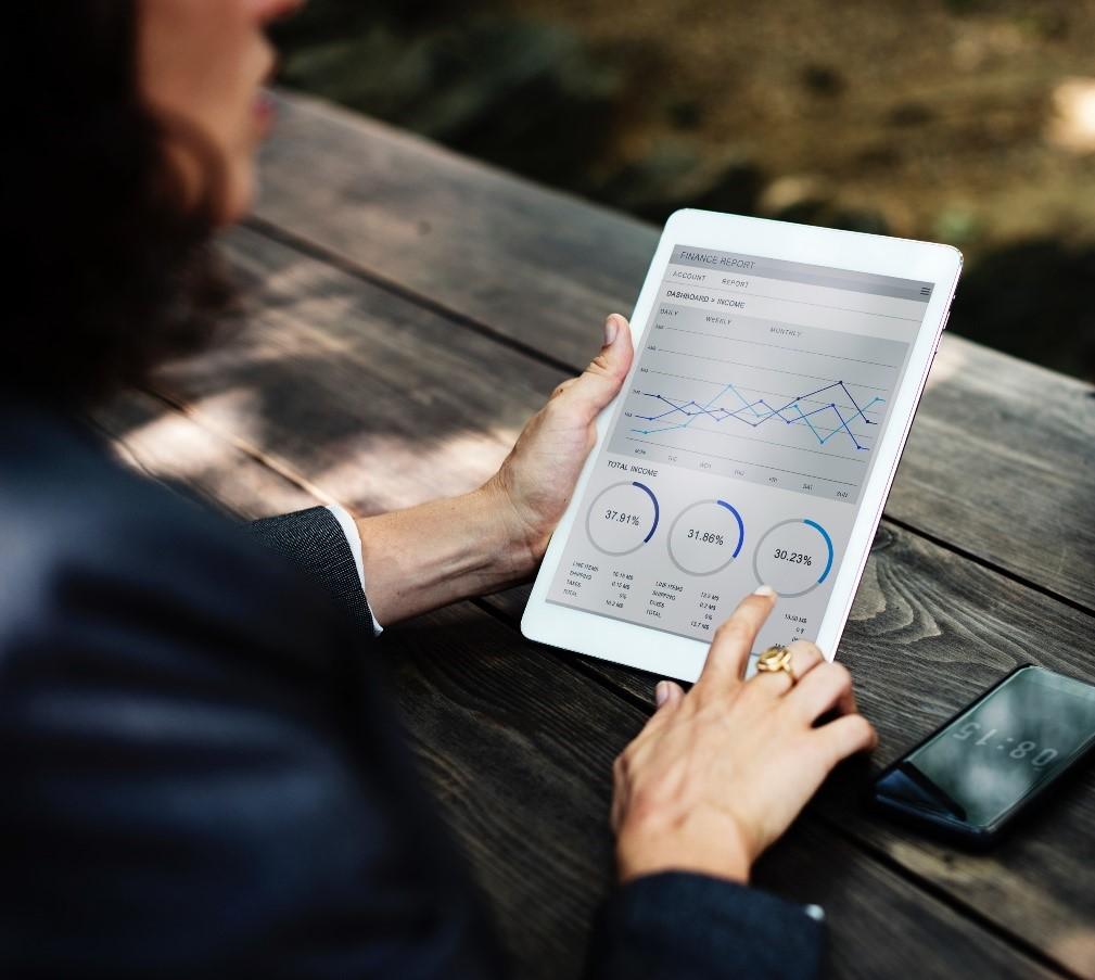 Mujer consultando datos en iPad