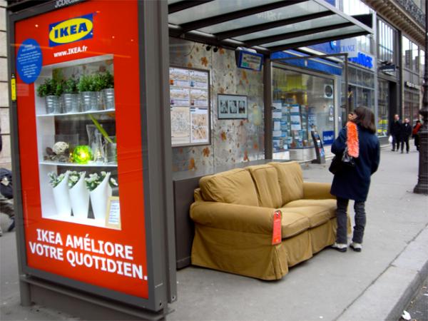Sillón de Ikea en la calle