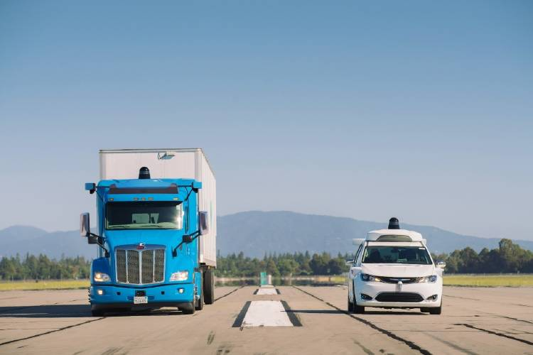 Camión y coche autónomo