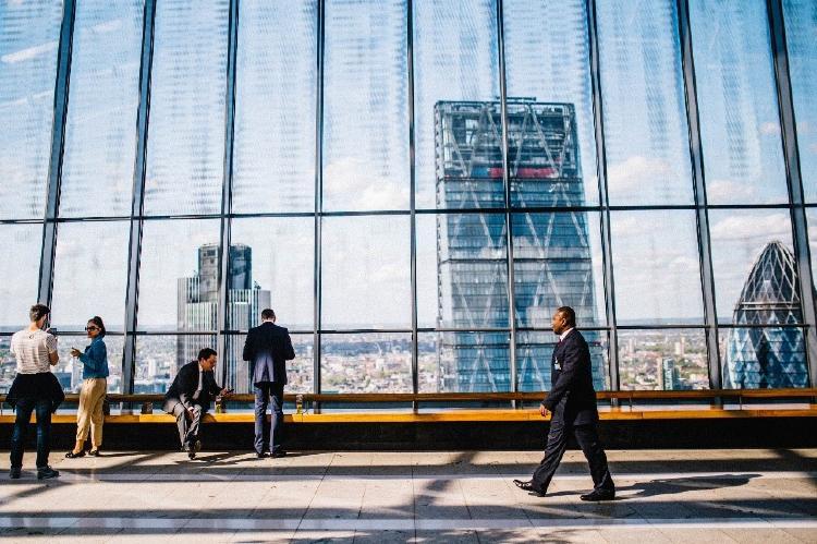Hombre caminando dentro de una empresa