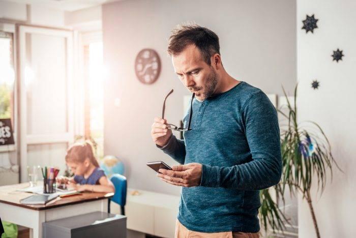 hombre mirando su teléfono móvil con virus
