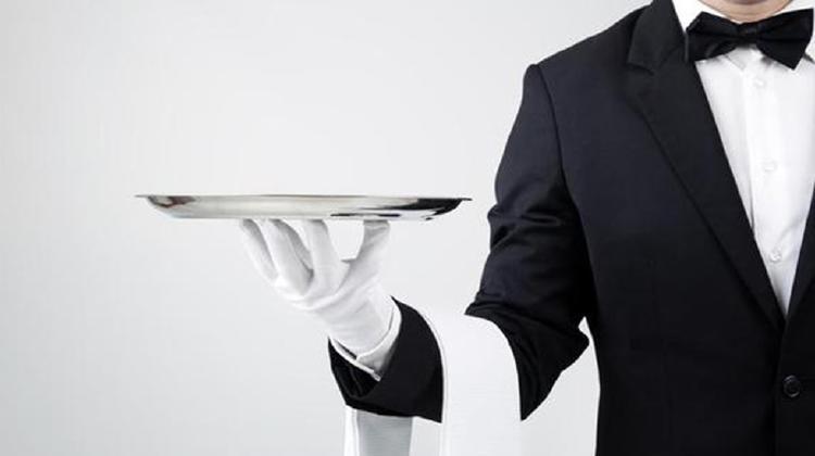 mayordomo sujetando una bandeja