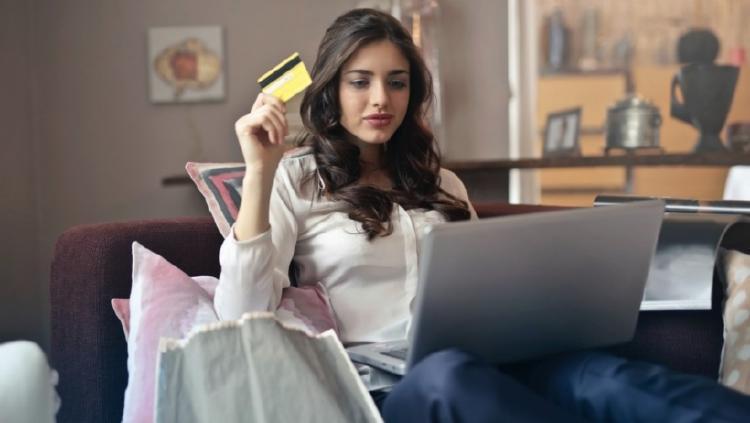 autónoma pagando con tarjeta