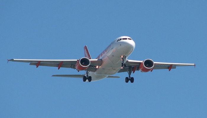 Avión en el aire