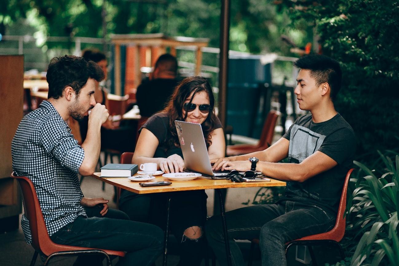 Jóvenes sentados alrededor de una mesa