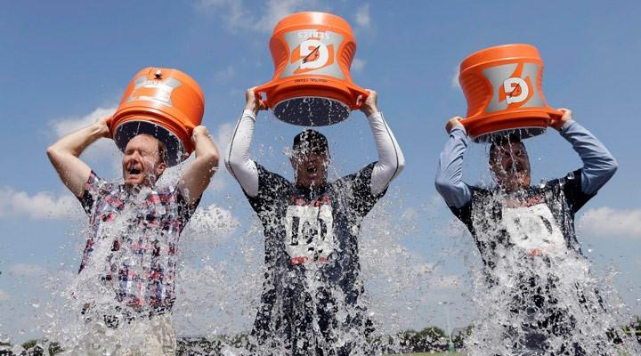 Gente haciendo el Ice Bucket Challenge