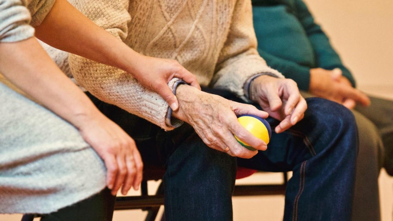 Mano de un anciano con una pelota