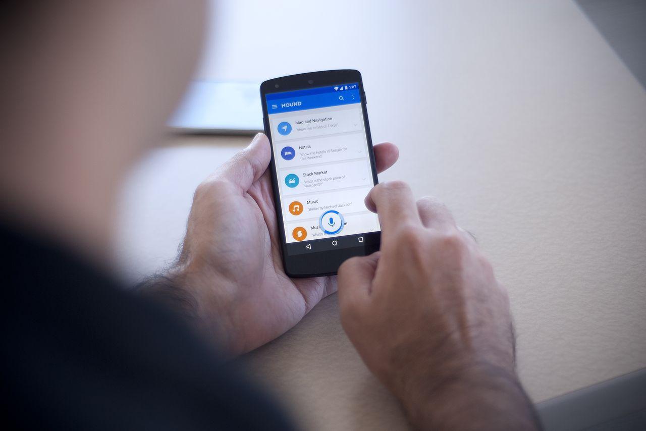 Siri para Android, la alternativa a Google Now | persona utilizando el asistente hound