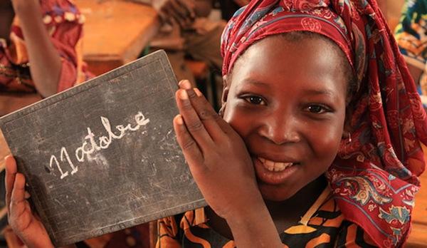 Niña sonriendo por el día internacional de la niña