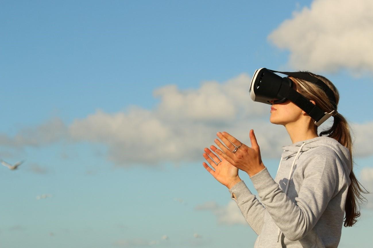 Chica con gafas VR