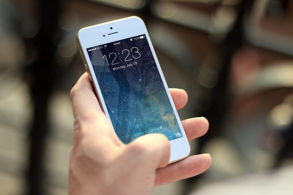 Mano sujetando smartphone
