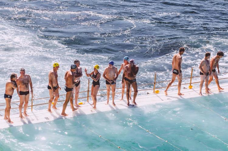 Grupo de gente practicando natación