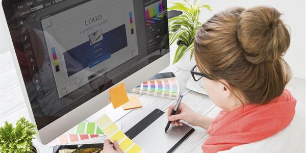 Mujer diseñando