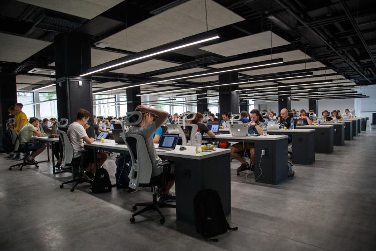 Personas sentadas en su silla en la oficina