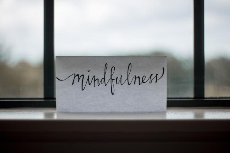 Nota de papel con mindfulness escrito
