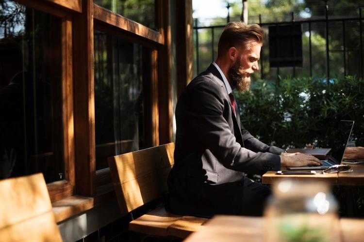 Hombre con barba sentado
