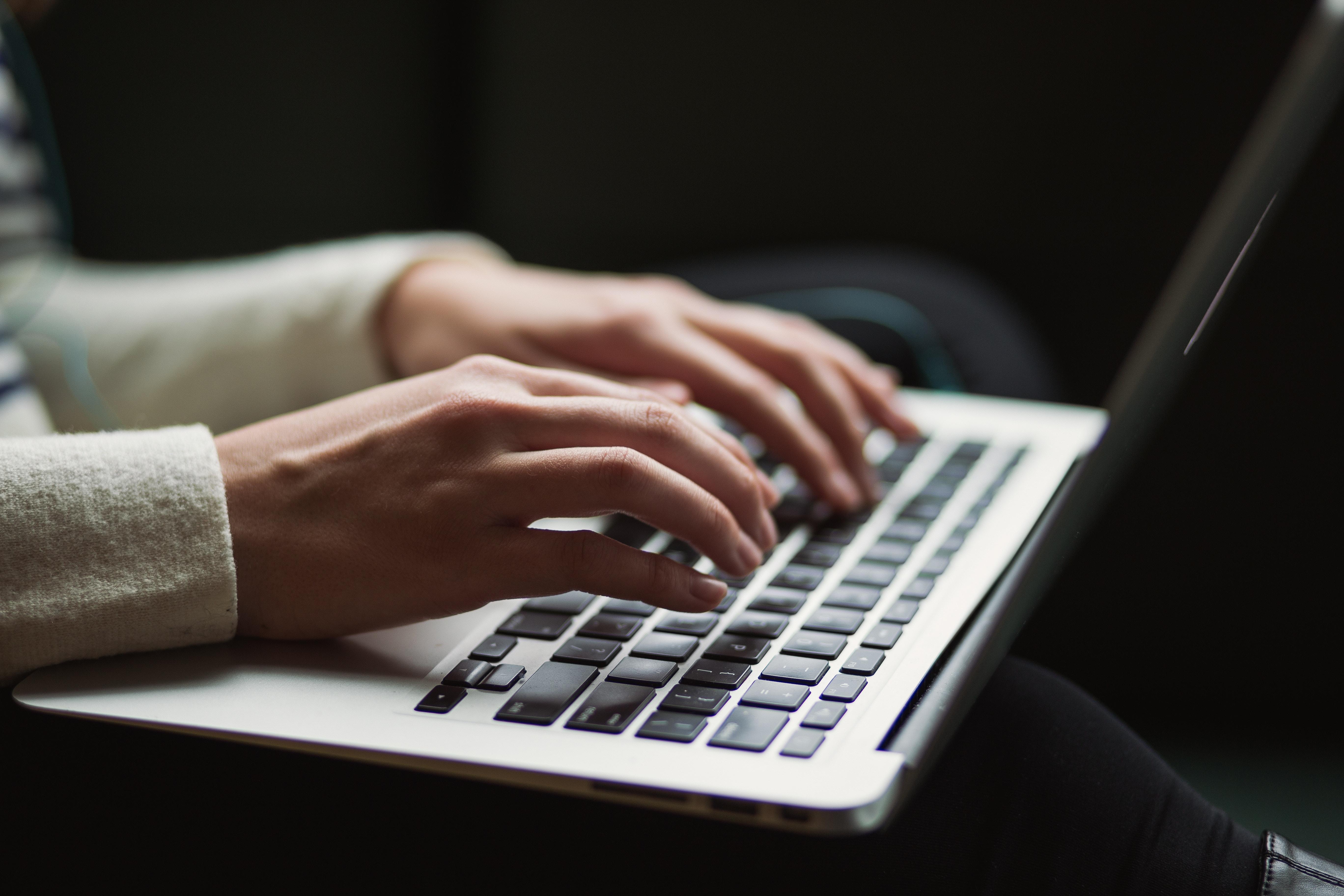 Manos sobre el teclado del portátil