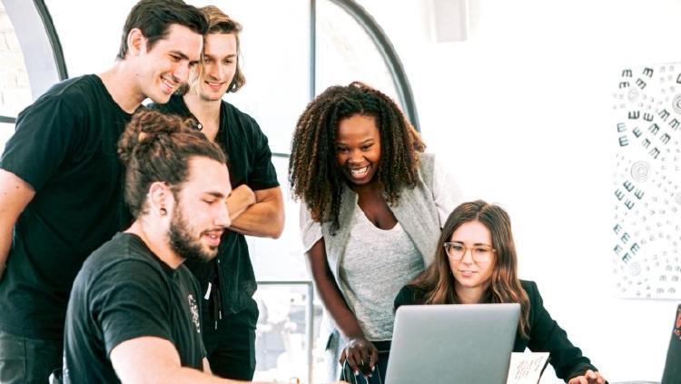 gente trabajando en una startup