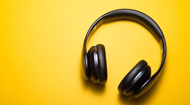 Auriculares negros con fondo amarillo