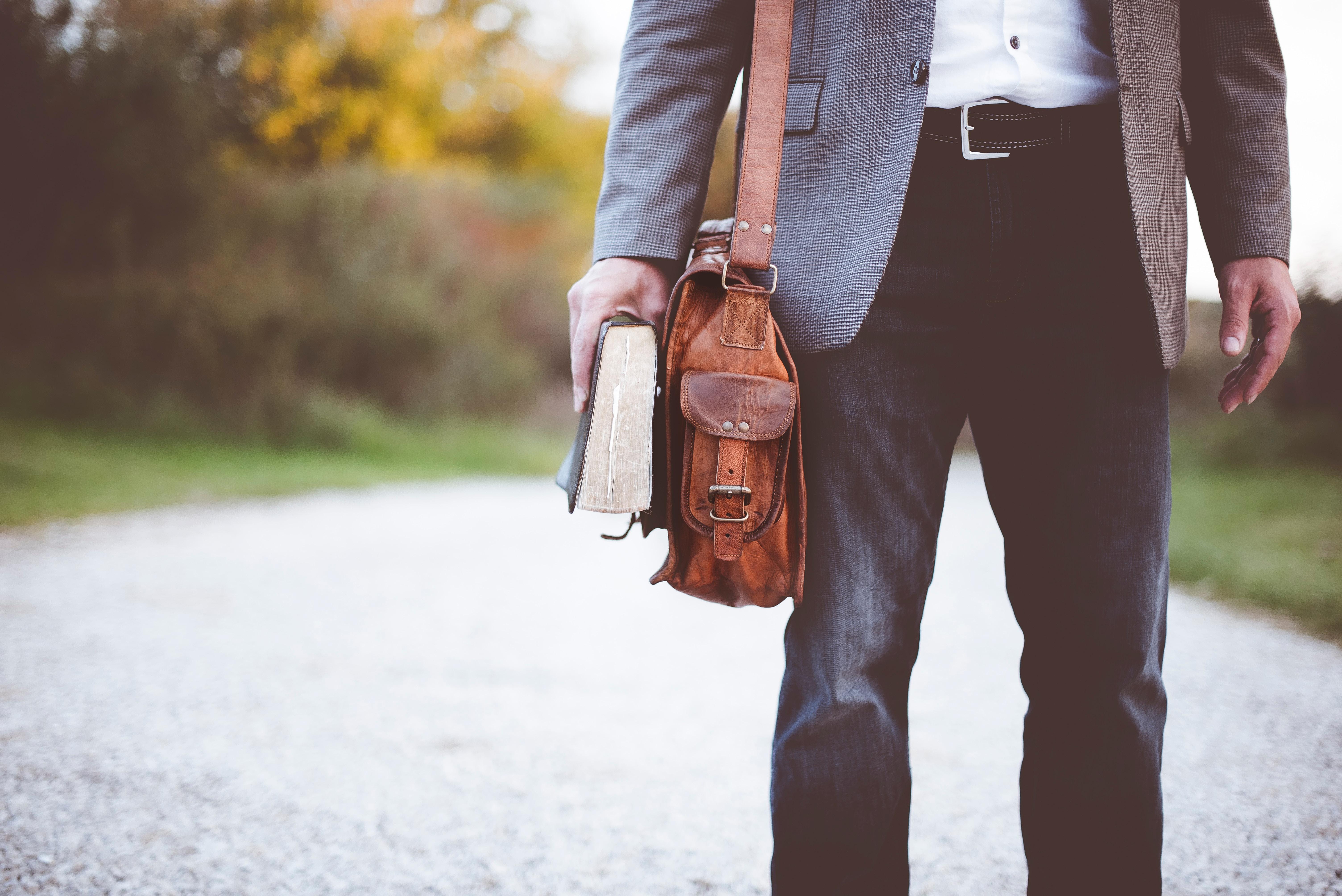 Hombre con un libro en la mano