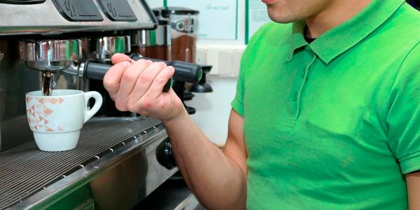 persona utilizando una máquina de café