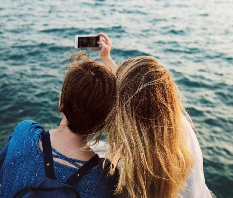 Chicos haciéndose un selfie