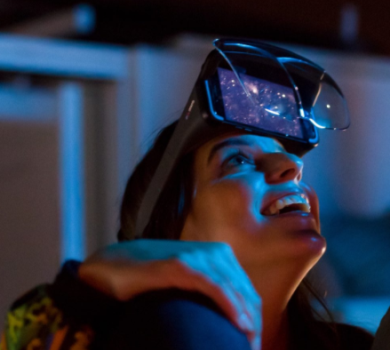 Mujer con gafas de Realidad Aumentada