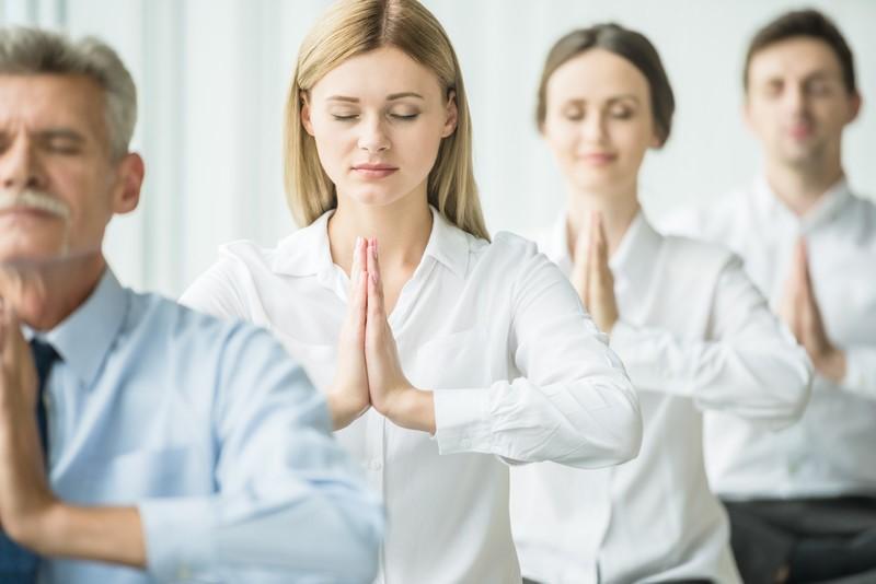 Mujeres haciendo Yoga en el trabajo