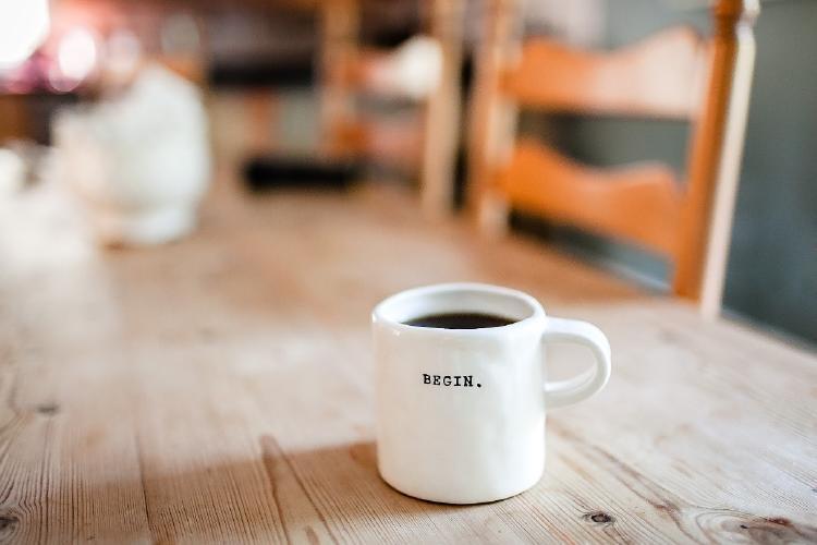 café en una mesa de trabajo