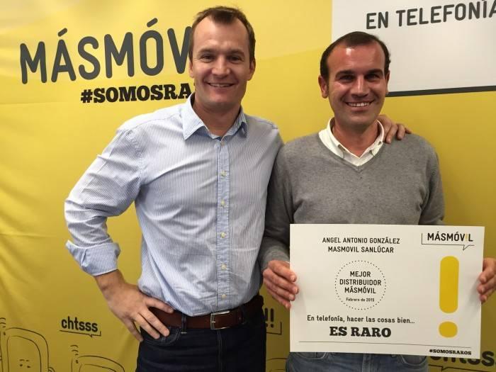 Meini (CEO MASMOVIL) junto a distribuidor MÁSMÓVIL