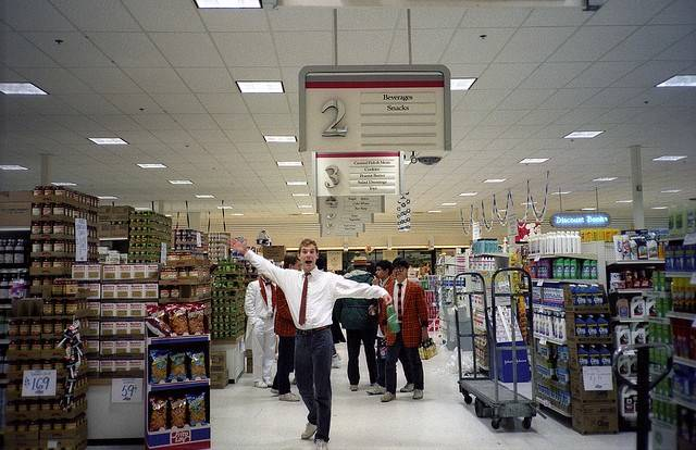 hombre feliz en supermercado