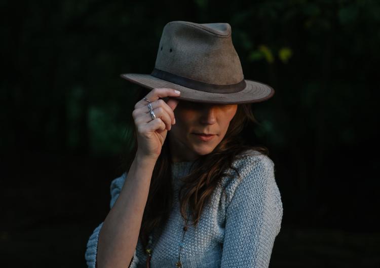 foto de chica con sombrero influencer