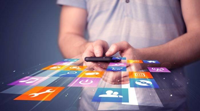 joven utilizando aplicaciones en su móvil