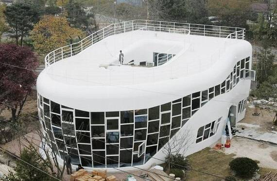 edificio con forma de inodoro