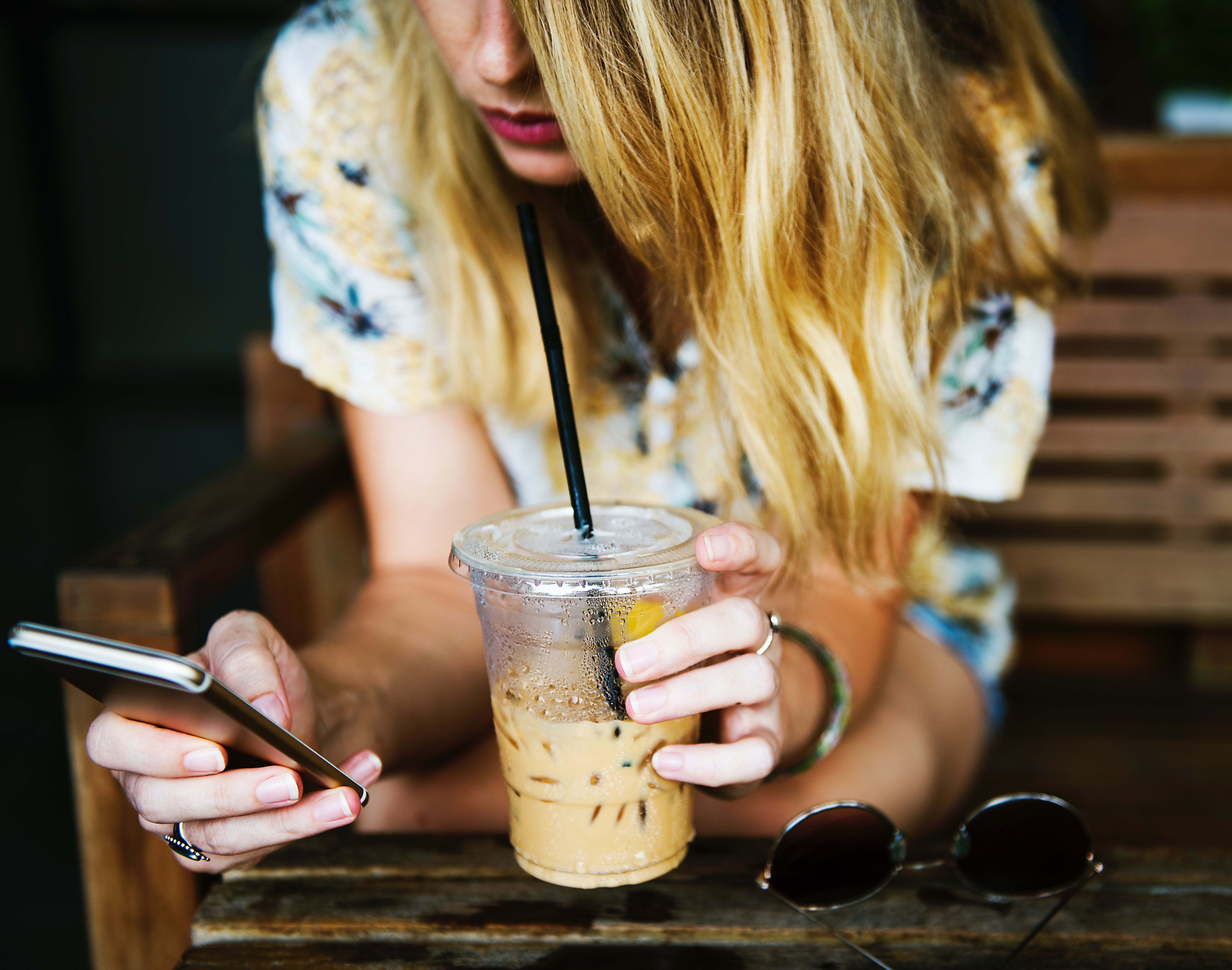Chica mirando su móvil