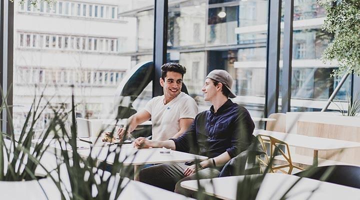 Chicos hablando en cafetería