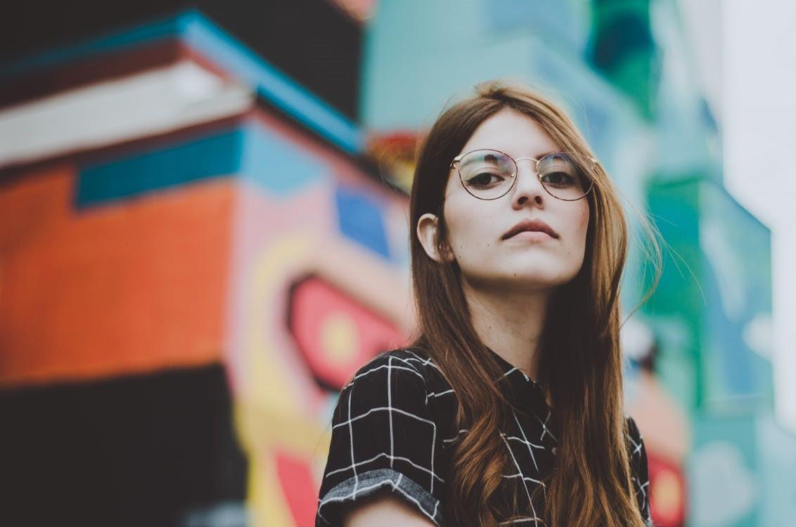 Chica con gafas efecto desenfoque