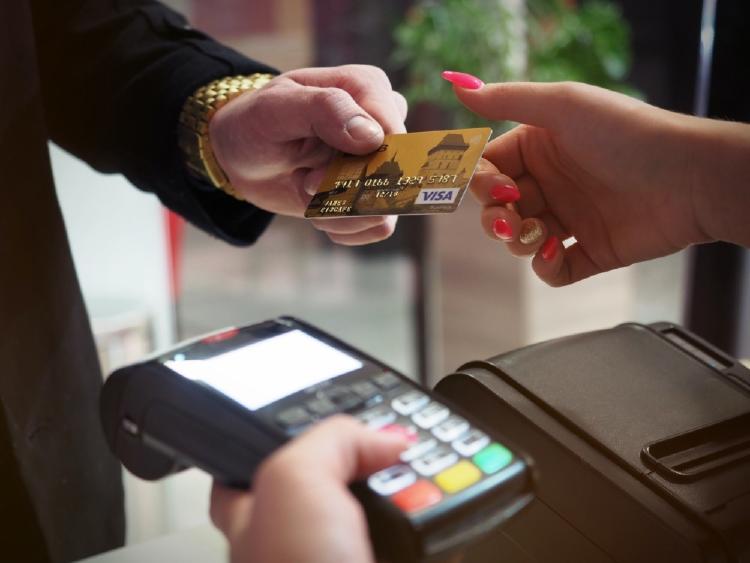 autónomo pagando con tarjeta