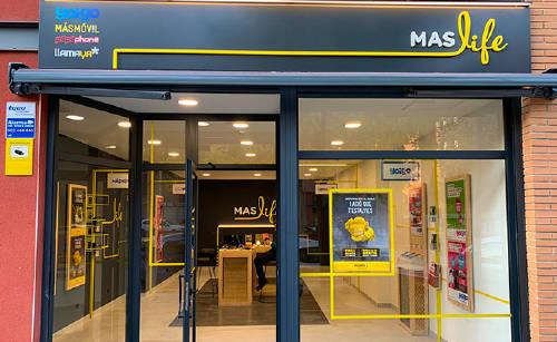 MASlife, las tiendas físicas que reúnen la oferta de todas nuestras marcas:Yoigo, MÁSMÓVIL, Llamaya, Pepephone y Lebara, en un mismo lugar.