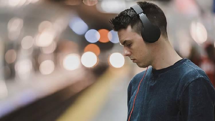 ¿Cuál es el mejor conector para escuchar música con auriculares?