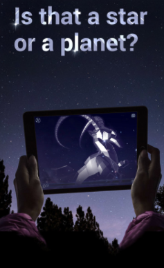 Manos con un iPad apuntando al cielo
