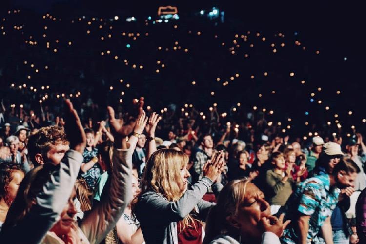 grupo de gente en un concierto