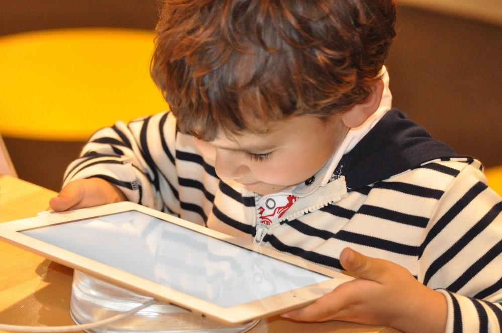 Niño jugando con la tablet