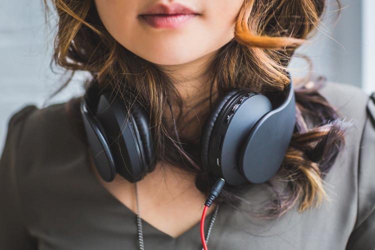 Chica con los auriculares en el cuello