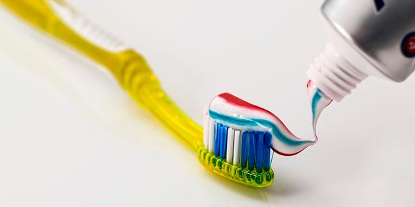 cepillo de dientes con colgate