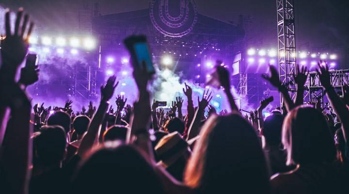 Gente en un festival