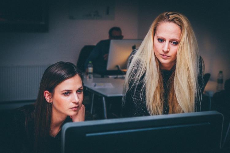 mujeres en la oficina con teletrabajo