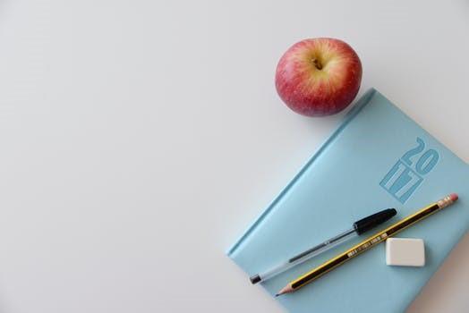 Manzana y libro