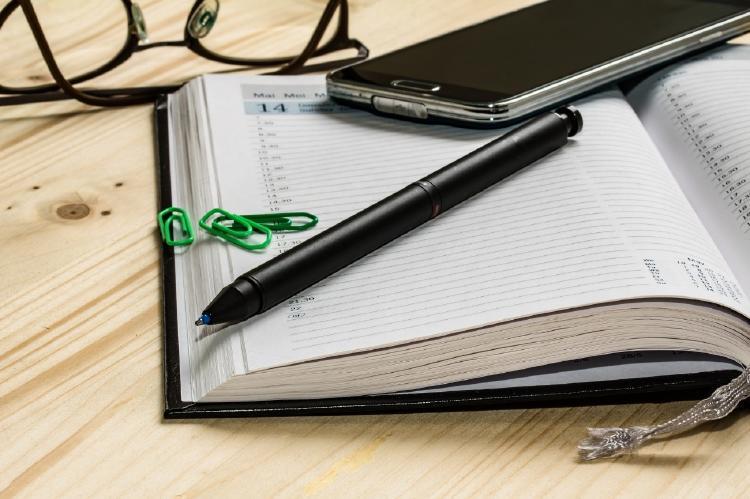 Bolígrafo, agenda y móvil